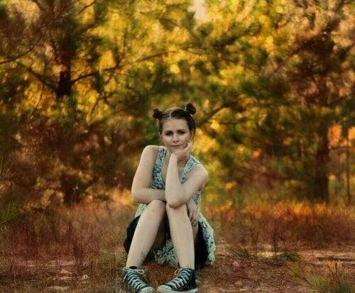 ormanda oturan kız