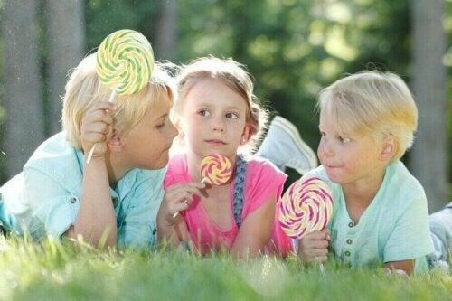 şeker yiyen çocuklar