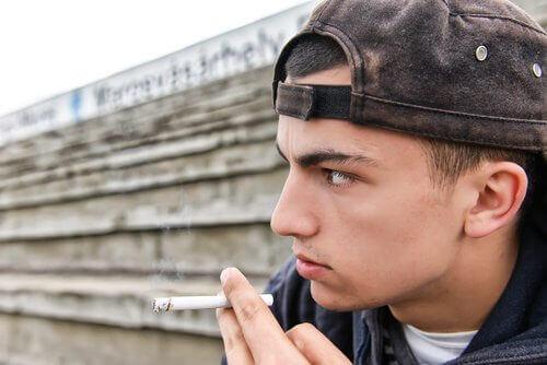 sigara içen genç