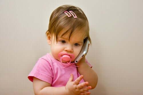 Akıllı telefonla konuşan çocuk
