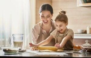 Eğlenceli bir anne kızıyla yemek yapıyor