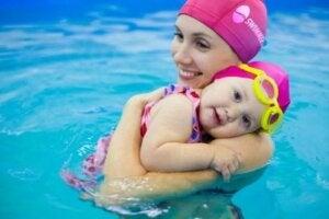 Anne ve bebeği havuzda