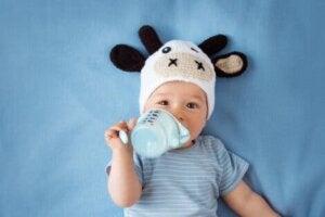 Biberondan süt içen bir bebek