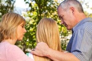 Ergen çocuklarıyla konuşan anne ve baba
