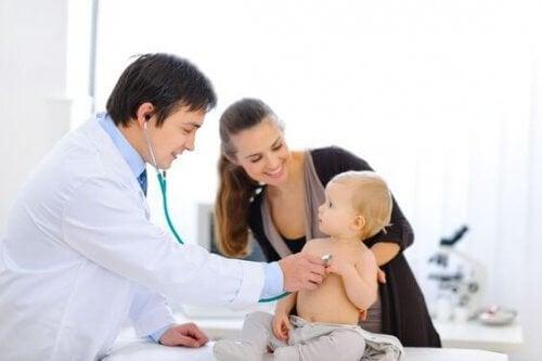 İnmemiş testis için muayene olan bebek