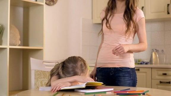 ödev yaparken uyuyan kız
