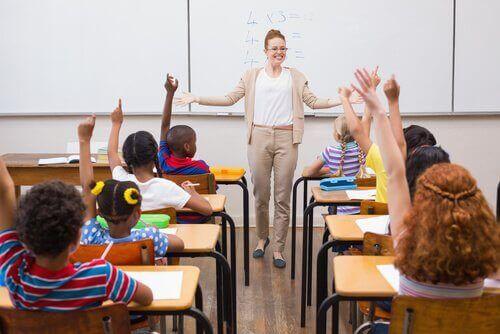 ayakta duran öğretmen