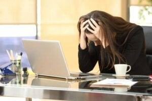 Stresli bir çalışma ortamında bulunan kadın