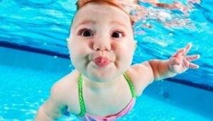 Suyun altında yüzen bir bebek