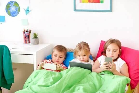 yatakta üç çocuk