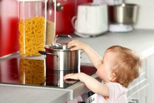 Çocuğunuz Mutfakta Bir Yerini Yakarsa Ne Yapılmalı?