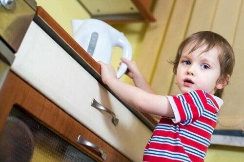 mutfakta duran çocuk