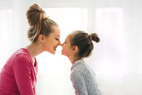 gülümseyen anne kız