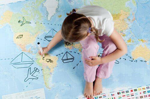 haritaya çizim yapan çocuk