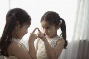 Aynada kendine bakan kız