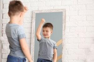 Aynada kendisine bakan çocuk
