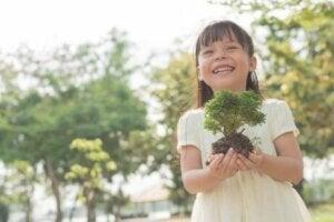 Bahçesine bitki eken bir kız
