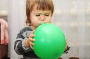 Balon şişiren bir çocuk