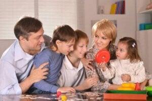 Birlikte kutu oyunu oynayan bir aile