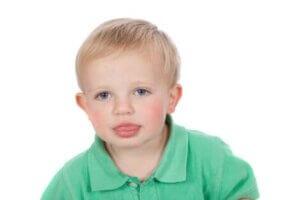 Dilini çıkaran çocuk