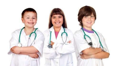 Doktor kılığına girmiş kolları önünde bağlı üç çocuk