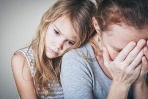 Endişeli annesini kucaklayan bir kız