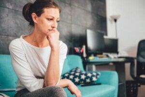 Endişeli bir kadın