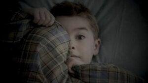 Kabus görmüş korkmuş bir çocuk
