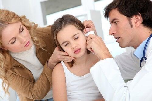 Annesiyle kulak burun boğaz doktoruna gitmiş kız