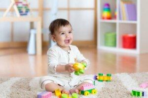 Legolarla motor beceri geliştiren çocuk