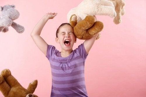 Oyuncak hayvanlarını havaya atıp bağıran kız