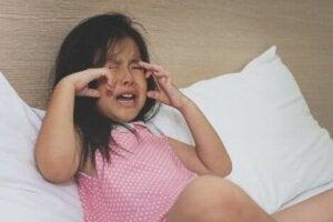 Öfke nöbeti geçiren çocuk ağlıyor
