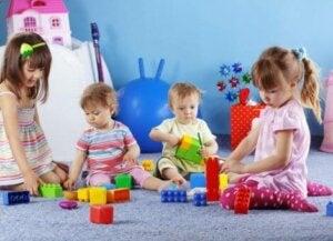 Beraber oyun oynayan çocuklar
