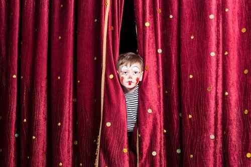 topluluk önünde konuşma korkusu yaşayan çocuk
