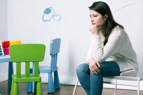 sınıfta oturan anne