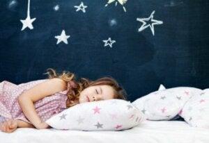 Yalnız uyuyan çocuk