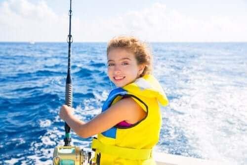 Tekneyle açılmış can yelekli kız