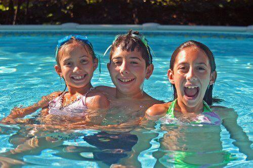 havuzda oynayan çocuklar
