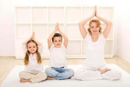 yoga yapan aile