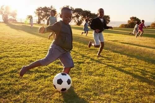 futbol oynayan çocuklar