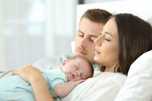 uyuyan anne baba