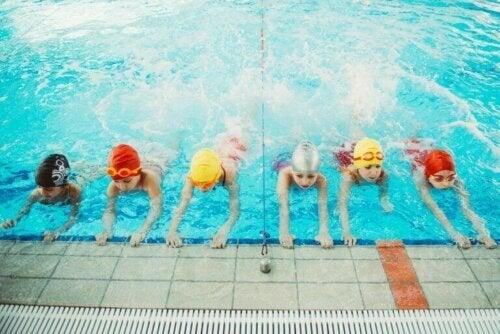 yüzmeyi öğrenen çocuklar