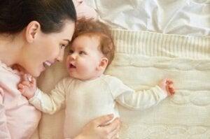 Anne ve bebek birlikte yatakta