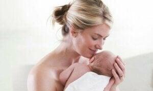 Bebeğini koklayan bir anne