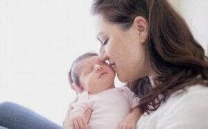 Bebeğini öpen bir anne