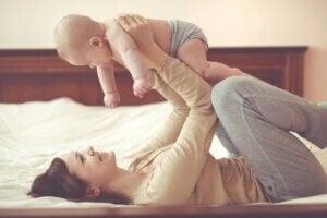 Bebeğiyle oynayan bir anne