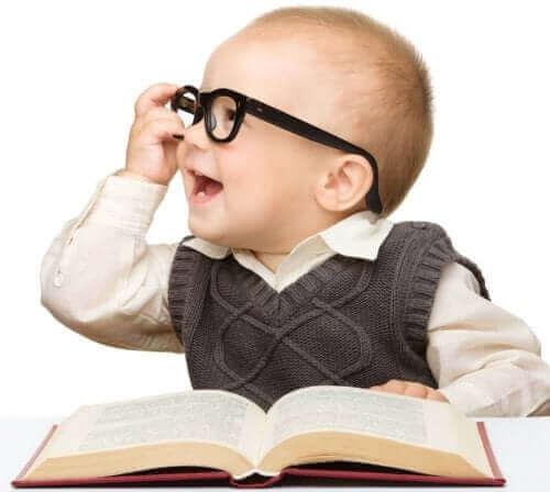 kitap başında gözlük takan mutlu bebek