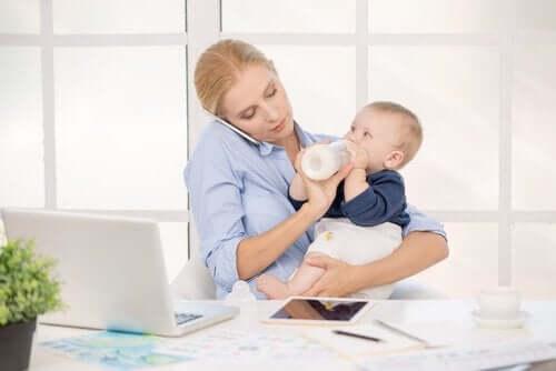 biberon bebek kadın laptop çalışan anne