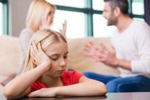 Kavga eden ebeveynler ve üzülen çocuk