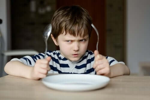 çatal bıçak tabak çocuk sinirli